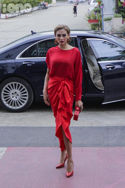 Thiết kế váy đỏ của Đỗ Mạnh Cường được Hoàng Yến lựa chọn trong buổi casting hôm nay.