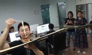Thánh nữ công sở làm mỳ băng chuyền bằng ống tre