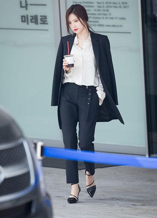 Thành viên Apink là gương mặt hiếm khi vắng mặt tại Tuần lễ thời trang. Bộ vest mà Na Eun mặc năm 2017 trở thành đề tài nóng trên các trang xã hội.