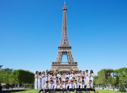 Bộ ảnh chế mang tên Đi khắp thế gian chụp ảnh kỷ yếu của học sinh lớp 12A3, trường THPT Thốt Nốt. TP Cần Thơ mới đây khiến nhiều người chú ý và thích thú.