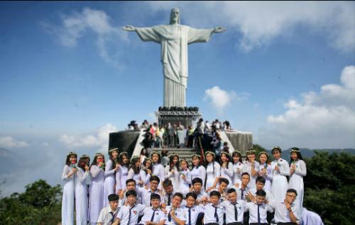 Bộ ảnh chế ghép hình tập thể học sinh lớp 12A3 với các địa điểm nổi tiếng trên thế giới như tháp Eiffel ởParis, tượng đài Nữ Thần Tự Do ở Mỹ, Vạn Lý Trường Thành ở Trung Quốc, Vịnh Hạ Long ở Việt Nam...
