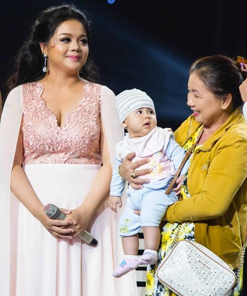Mẹ chồng luôn theo sát Nam Hương trong suốt cuộc thi.
