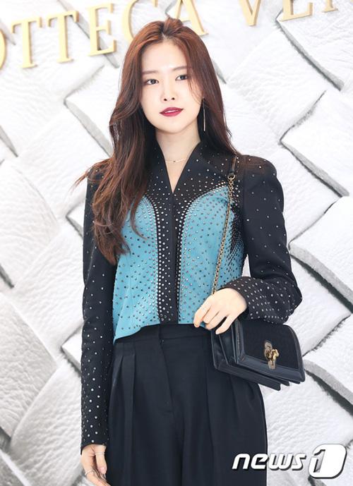 Dù tham gia sự kiện cùng nhiều ngôi sao đình đám, Na Eun vẫn không hề lép vé. Cô nàng là gương mặt quảng cáo đang lên của giới idol Kpop.