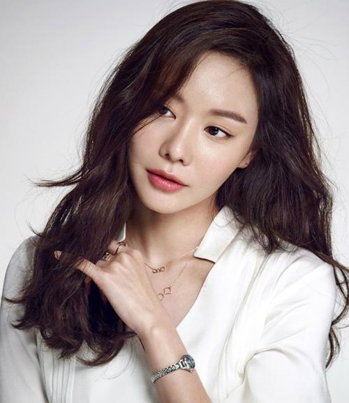 Kim Ah Joong với hình ảnh xinh đẹp và sắc sảo thường thấy.