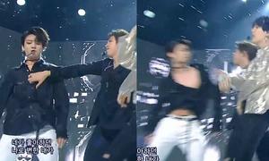 'Thánh phá hoại' RM xin lỗi vì lỡ xé áo Jung Kook trên sân khấu