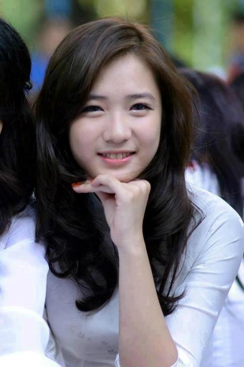 Nguyễn Trâm Anh (23 tuổi) là hot girl được các tay máy phát hiện tại lễ bế giảng tại THPT Phan Đình Phùng. Cô nàng gây ấn tượng bởi khuôn mặt thánh thiện, nụ cười như thiên thần.
