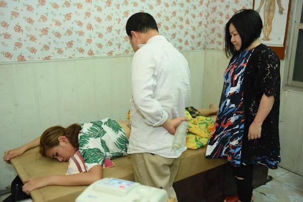 Võ Hoàng Yến được bác sĩ khám trong bệnh viện với biểu cảm đau đớn.