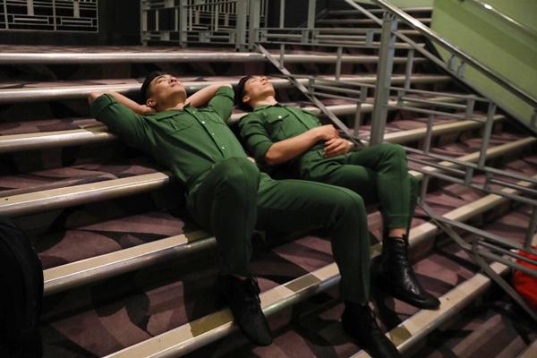 Giây phút anh em Cơ - Nghiệp chợp mắt nghỉ ngơi sau hậu trường chờ đến lượt lên sân khấu.