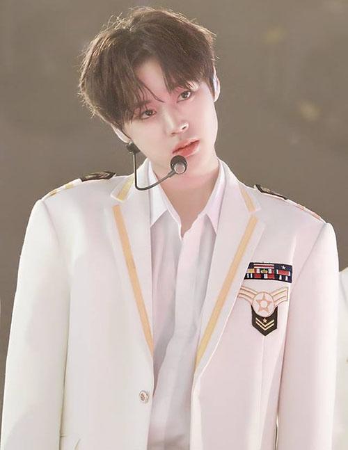 Tiên tử nháy mắt của Produce 101 từng là một thực tập sinh của SM. Anh chàng có nét đẹp khá nữ tính, đôi mắt đẹp và hình tượng giống một hoàng tử.