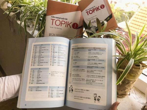 Mỗi cuốn sách đều kèm một cuốn sách nhỏ có danh mục từ vựng dễ tra cứu trong cuốn cẩm nang TOPIK 1.