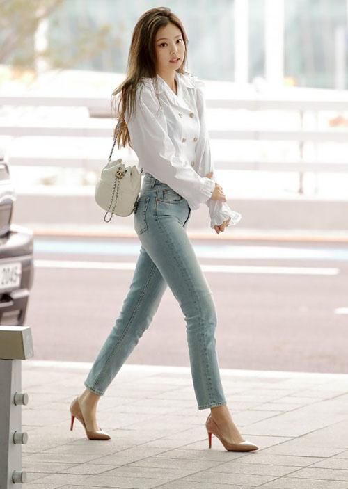 Jennie tiếp tục là cái tên sáng chói tại các sự kiện thời trang đẳng cấp. Cô nàng được mời tham dự show ra mắt nước hoa của Chanel. Chỉ mặc áo sơ mi trắng, quần jean nhưng thành viên Black Pink khéo khoe đường cong và thần thái rich kid.