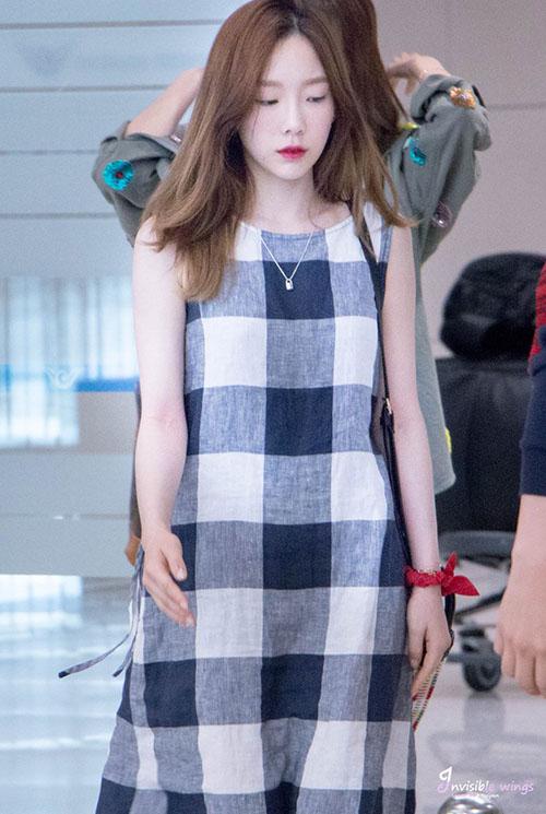 Tae Yeon về Hàn sau khi hoàn thành việc quay hình. Váy kẻ caro dáng suông tạo sự thoải mái và tính thời trang khi phải bay chuyến dài.