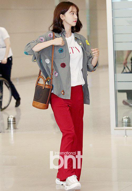 Nhìn set đồ của Yoon Ah đơn giản nhưng toàn đến từ thương hiệu cao cấp như áo phông Valentino, túi Moynat,