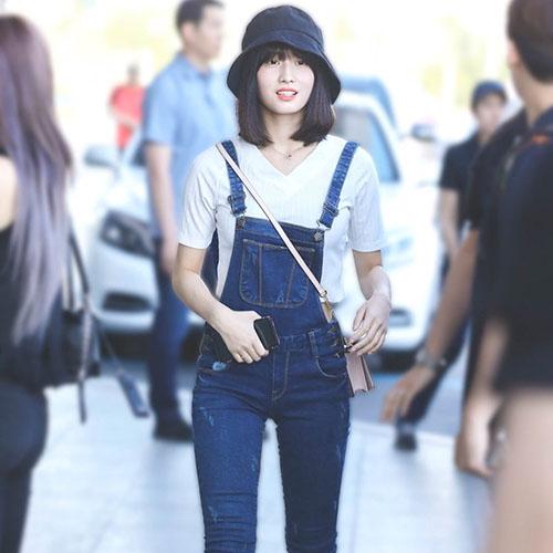 Momo đáng yêu như học sinh với mũ vé số, quần yếm khi cùng Twice sang Nhật.