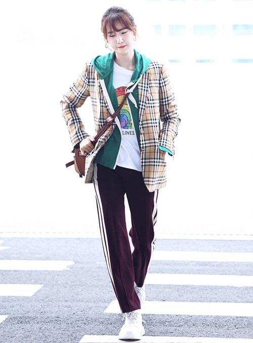Yoon Ah lên đường sang Pháp để quay show thực tế mới cùng SNSD. Nữ thần nhà SM chứng minh đẳng cấp với áo khoác sọc kẻ thương hiệu Burberry và chiếc túi đơn giản nhưng có giá lên tới 68 triệu đồng.