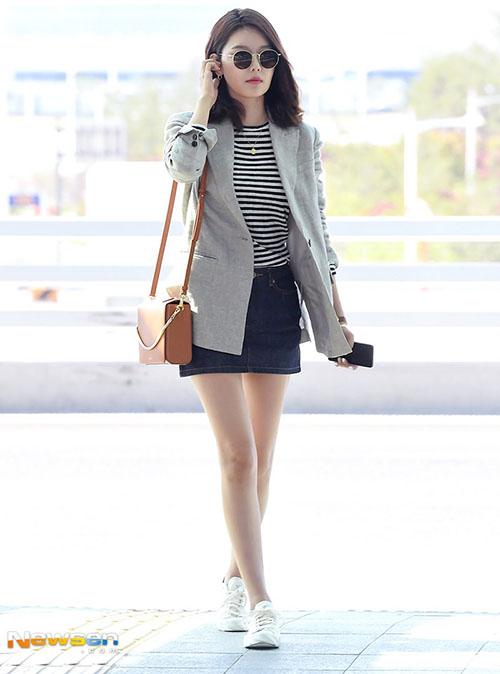 Đôi chân dài, thon là ưu thế giúp Soo Young dù đi giày bệt vẫn sang chảnh như đang bước trên sàn calwalk.