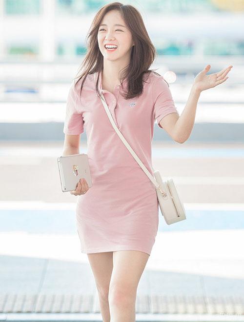 Một chiếc váy liền hồng giá 3 triệu đồng là đủ giúp Se Jeong khoe đường cong, thể hiện đúng chuẩn gu thời trang mùa hè. Những phụ kiện nhỏ xinh hợp với bộ trang phục của nữ ca sĩ.