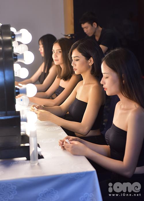 Sau ngày casting đầu tiên, các thí sinh The Face tiếp tục bước vào thử thách chụp hình mặt mộc và trả lời phỏng vấn. Trước giờ gặp các HLV, toàn bộ thí sinh được yêu cầu tẩy sạch lớp makeup.