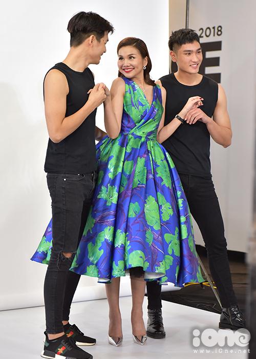Thanh Hằng lên hỗ trợ phần thi của hai hot boy Quốc Anh và Huy Quang.
