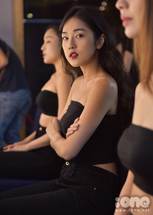 Hot girl Mi Soa trang điểm đậm trước khi tẩy trang.