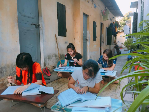 Hình ảnh nhiều sinh viên trải chiếu ngoài hành lang xóm trọ ôn thi để chống nóng.