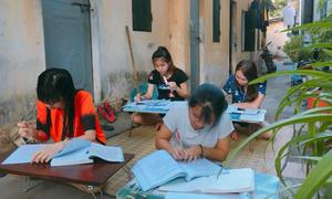 Sinh viên trải chiếu ôn thi ngoài hành lang chống nóng