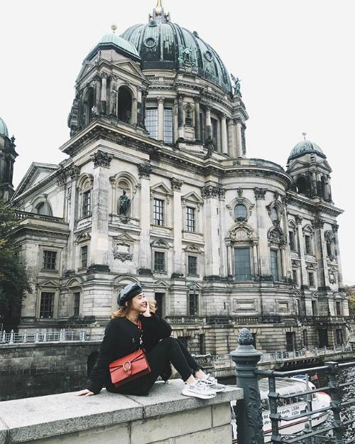 Cô nàng không quên khoe mình đang có mặt tại Đức.