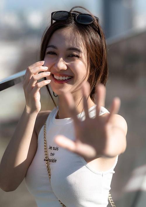 Jun Vũ xinh rạng rỡ khi nở nụ cười tự nhiên trước ống kính.