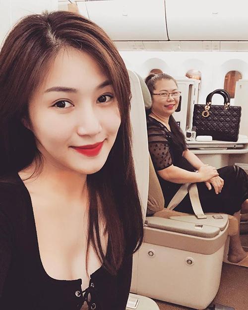 Hương Tràm lần đầu đưa mẹ cùng xuất ngoại sang Melbourne, Australia.