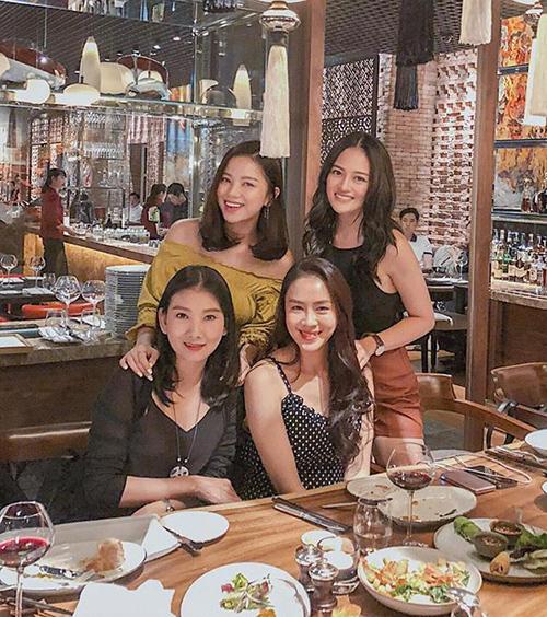 Dàn diễn viên xinh đẹp của Cả một đời ân oán hội ngộ đi ăn ở Sài Gòn.