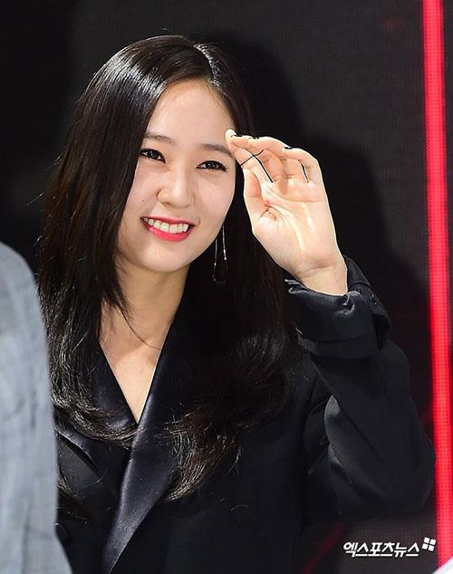 Krystal chịu tươi cười nhiều hơn trong sự kiện.