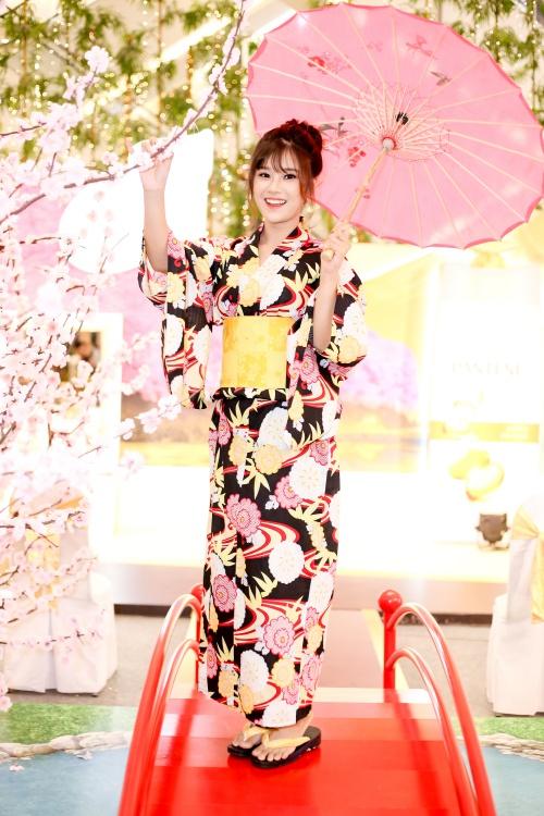 Ngày 6/6, Hoàng Yến Chibi tham dự sự kiện khám phá biểu tượng văn hóa Nhật Bản. Tại đây, nữ ca sĩ - diễn viên 9x có dịp thử trang phục truyền thống Kimono, hóa thân thành cô gái Nhật Bản xinh đẹp.