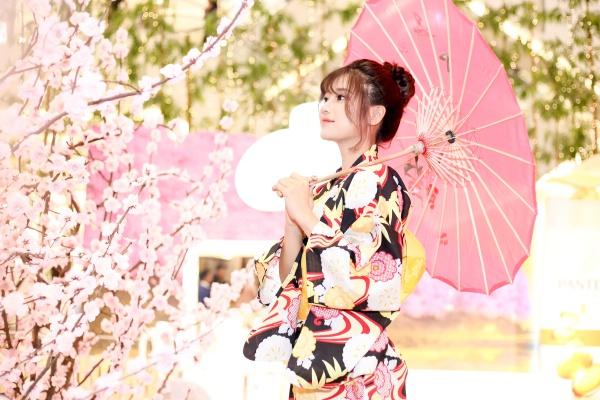 Hình ảnh tay cầm ô dưới tán hoa anh đào khiến Hoàng Yến được nhận xét như một cô gái Nhật thật sự.