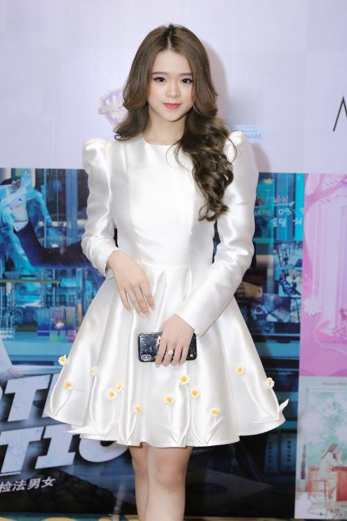 Ngày 6/6, Linh Ka bất ngờ xuất hiện tại một sự kiện ra mắt một ứng dụng xem phim trực tuyến sau gần 1 năm thử nghiệm. Hot girl 10x xuất hiện với chiếc đầm màu kem kiểu công chúa, khoe vẻ xinh xắn, dễ thương.
