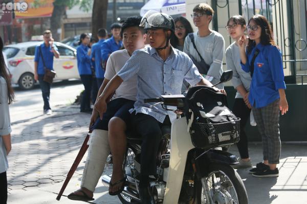 Hoàng Giang được người thân đưa đến THPT Việt Đức để dự thi.