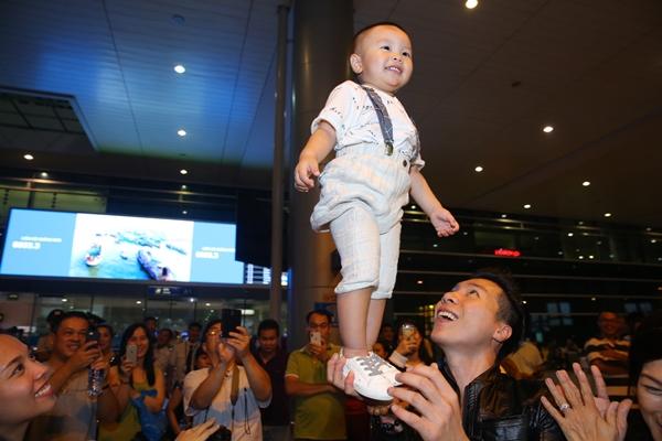 Hình ảnh Quốc Nghiệp giữ thăng bằng con trên cao ngay tại sân bay khi về nước tối 6/6 được nhiều người cổ vũ. Bé tỏ ra thích thú và liên tục nhoẻn miệng cười rõ tươi.