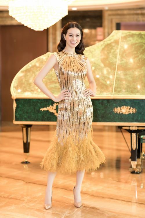 Tham dự sự kiện, có nhiều người đẹp Vbiz như Khánh My. Cô chọn chiếc đầm dạ hội vàng ánh kim với phần chân đầm được kết lông vũ nhẹ nhàng kiêu sa. Người đẹp khéo khoe thần thái nữ thần đầy cuốn hút.