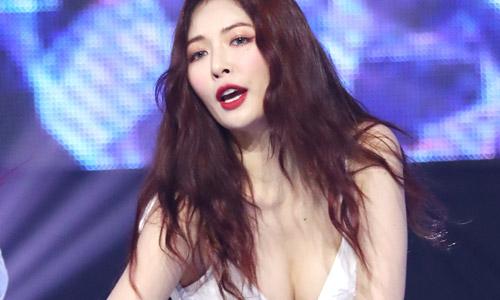Hyun Ah hay bị chỉ trích vì quá sexy.