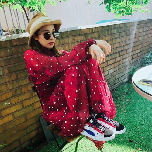 Dara trông càng nhỏ bé khi mặc váy rộng, ngồi thu lu trên ghế. Cô nàng rất biết biến hóa phong cách khi cá tính, khi lại nữ tính.