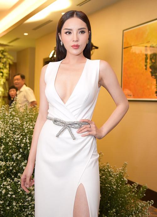 Từ các sự kiện tiệc tối cho đến đám cưới bạn thân, Kỳ Duyên đều không bỏ lỡ cơ hội chặt đẹp các khách mời bằng những bộ váy khoe thân.