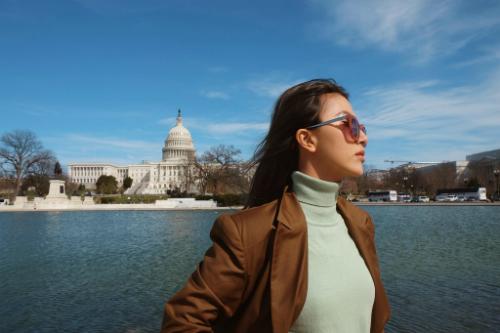 Quỳnh Anh Shyn chụp hình tại Mỹ.