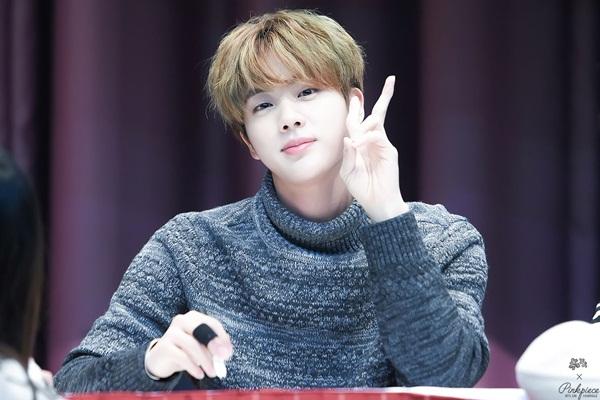 Anh chàng đẹp trai nhất thế giới nổi tiếng với ngoại hình đi đến đâu là gây chú ý đến đấy. Sinh năm 1992, visual của BTS được fan cho rằng có thể chơi cùng hội với maknae-line kém anh chàng vài tuổi cũng không có gì chênh lệch.