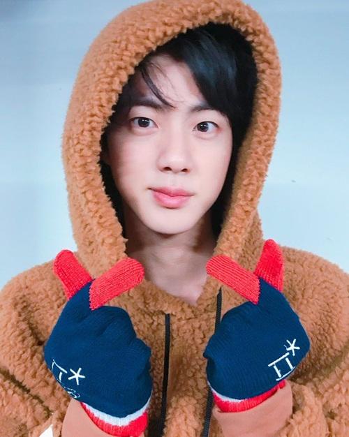 Tính cách tưng tửng, nhoi nhoi của Jin cũng khiến nhiều người không  tin anh chàng là thành viên lớn tuổi nhất BTS. Khác với nhiều nhóm nhạc  bầu anh cả làm trưởng nhóm, Jin có vẻ không đáng tin cậy lắm để dẫn  dắt các em và RM là người đảm nhận vai trò này.