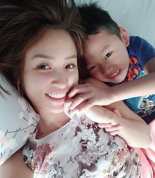 Vân Hugo tự tin chụp ảnh mặt mộc cùng con trai ngay khi vừa thức giấc.