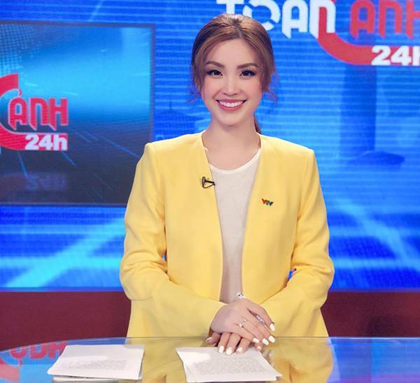 Á hậu Diễm Trang rạng rỡ trong vai trò một BTV bản tin thời sự.
