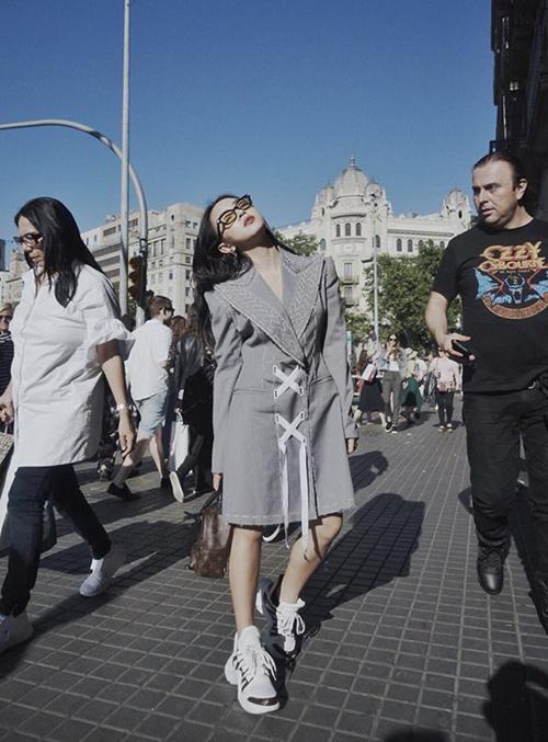 Châu Bùi thu hút ánh nhìn với cách tạo dáng chất lừ trên đường phố Barcelona.