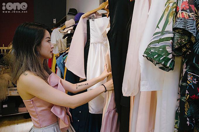 <p> Mi Vân cho biết cô không phải là một tín đồ hàng hiệu. Cô thường chỉ lựa chọn những trang phục phù hợp nhất với mình, không quan tâm giá đắt hay rẻ. Trang phục của hot girl thường đến từ thương hiệu thiết kế riêng của cô và các thương hiệu bình dân khác.</p>
