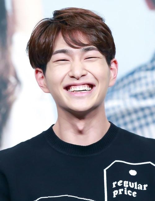 Dù đã ra mắt với SHINee 10 năm, ngoại hình của Onew vẫn không có nhiều  thay đổi. Anh chàng có nụ cười ngọt ngào và vẻ tươi sáng bất chấp thời  gian.