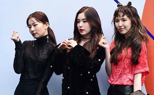 Irene (đứng giữa) luôn khác biệt.