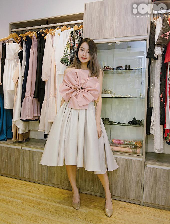 <p> Trái với phong cách trẻ trung đời thường, khi đi tiệc Mi Vân thường chọn những kiểu váy tôn lên vẻ ngọt ngào như búp bê.</p>